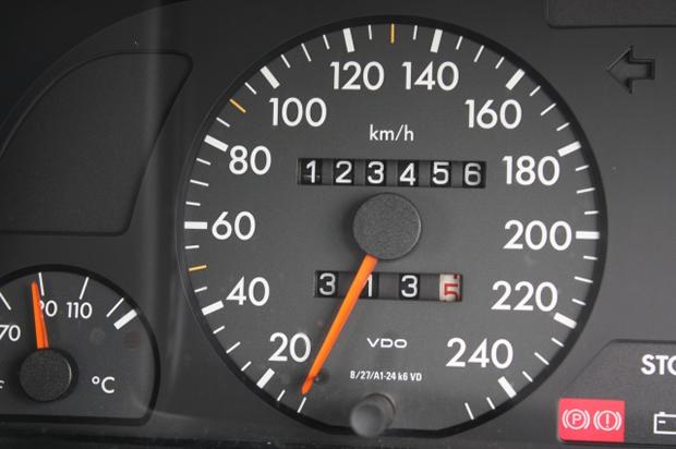 車は走行距離が多いと査定額が下がるけど、それでも高く売りたいのなら