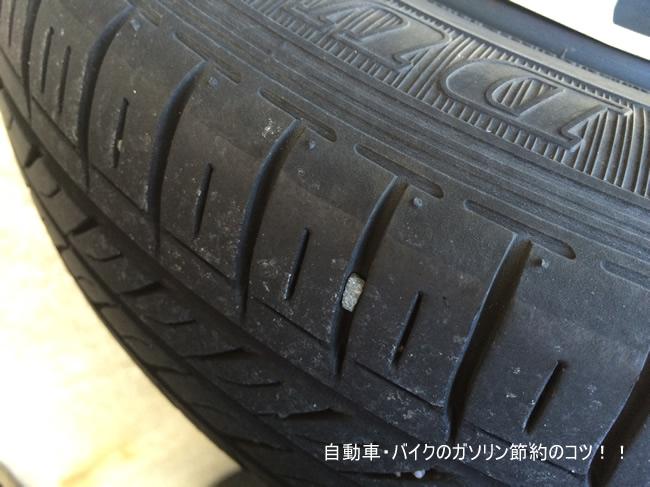 タイヤの溝に挟まった小石は、ペンチで取り除きましょう。