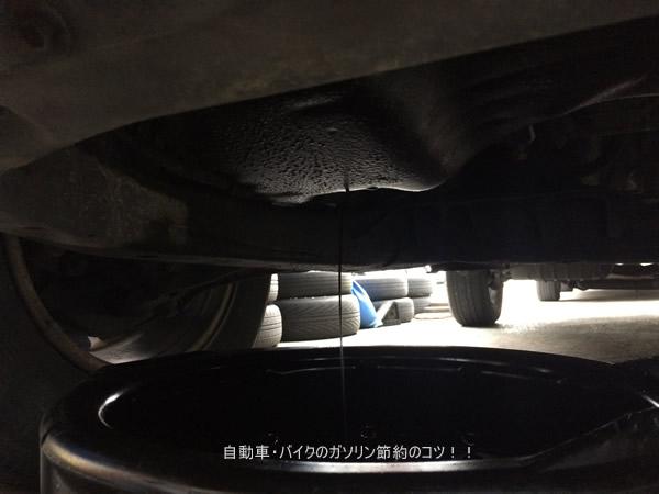 下抜きでエンジンオイルを抜いている。